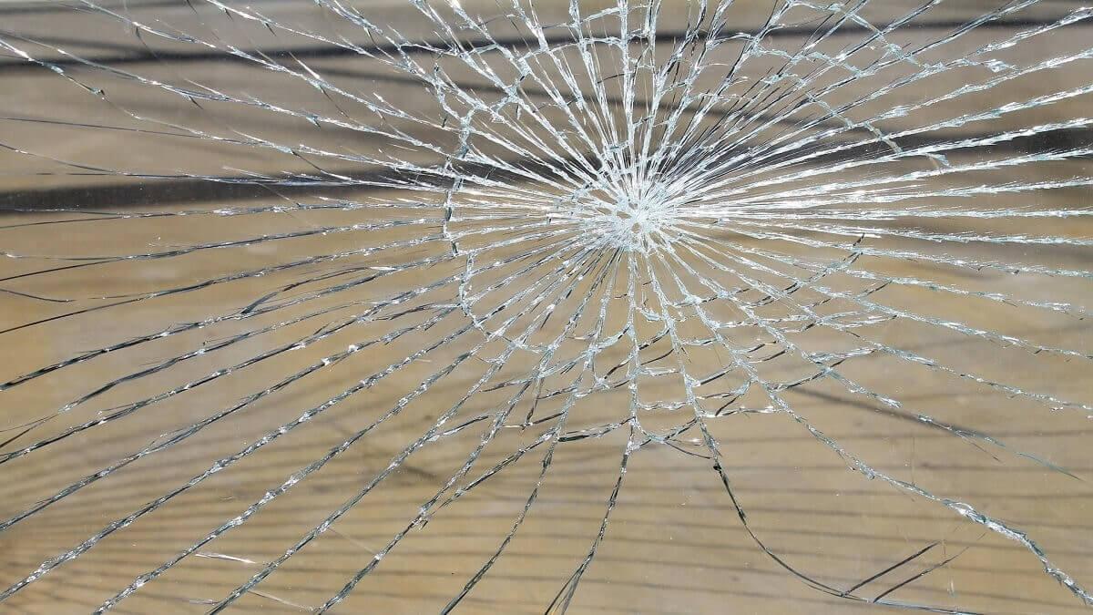 未成年惡鄰居亂砸房屋打傷人,聘刑事律師提告毀損罪要求法定代理人負賠償之責