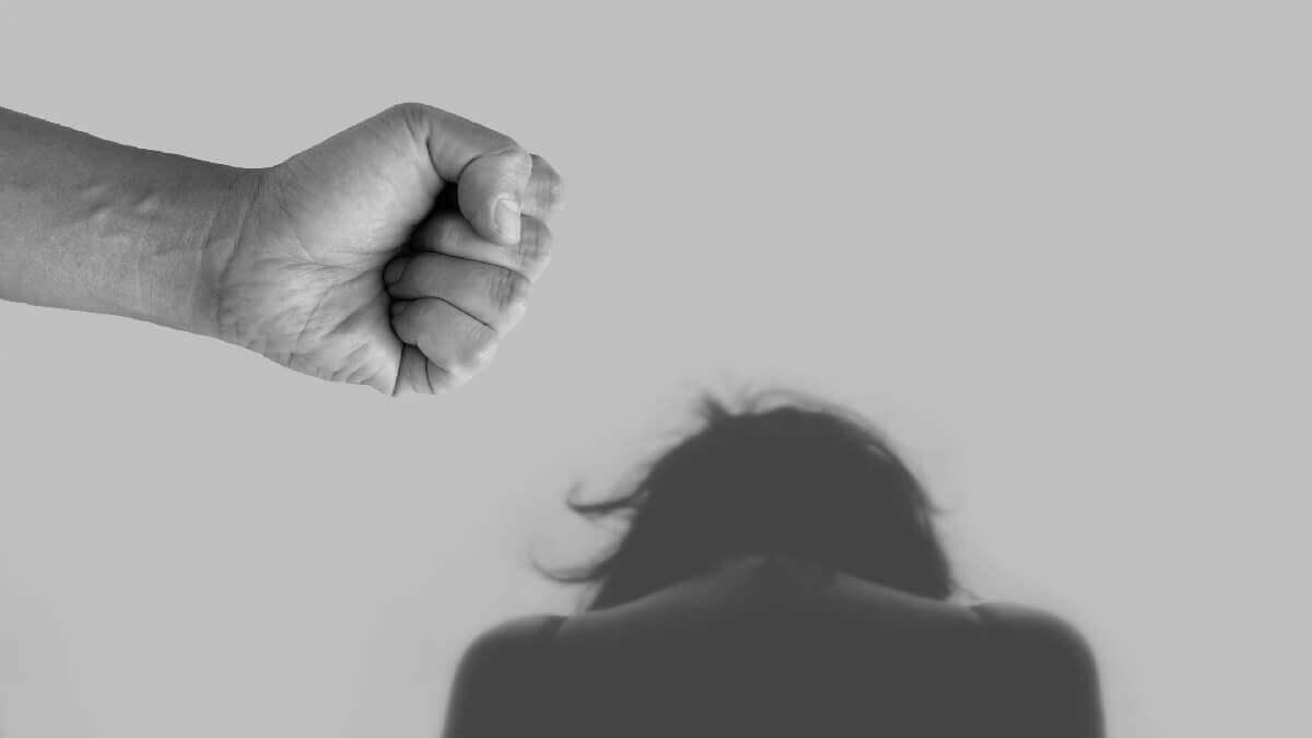 太太酗酒家暴案例,竟要求夫離婚贍養費50萬,家事律師成功駁回!│民事訴訟法律諮詢案例
