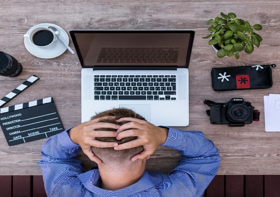 涉妨害電腦使用罪,離職後登公司帳號聘律師獲不起訴處分!