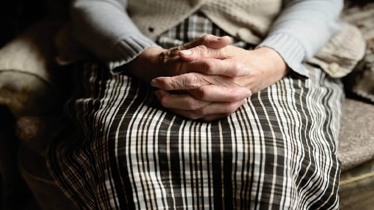 為照顧年邁失智母親,孝女委任律師聲請監護宣告獲准