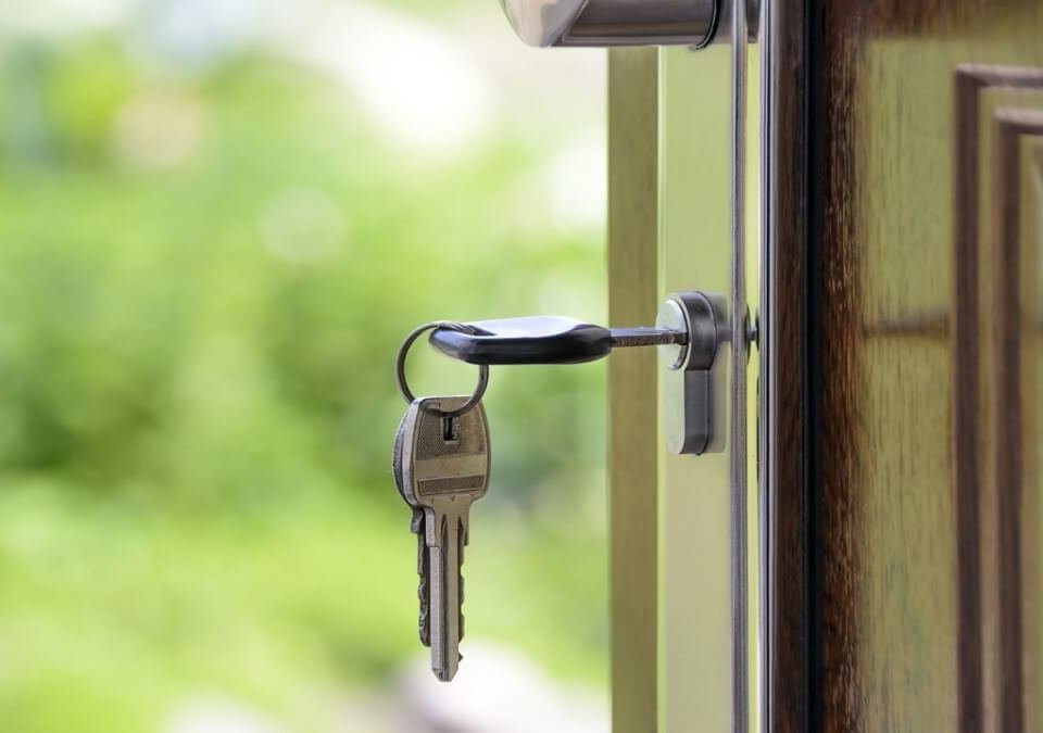 【返還房屋案例】落難友借屋2年,期滿竟無賴換鎖!律師主張無權占有房屋
