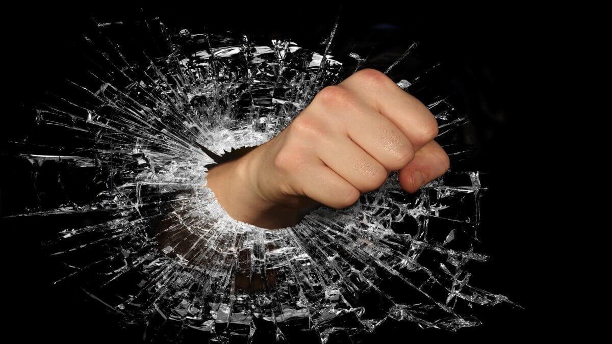 受長期家暴保護令一再申請,離婚慈母委任律師成功訴請離婚!